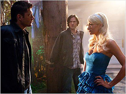 "Dean (Jensen Ackles) encontra Paris Hilton em cena da série ""Supernatural"""